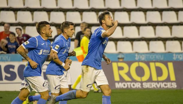 Pedro Martín celebra el tanto del empate, conseguido de penalti, seguido de Artiles y Juanto.