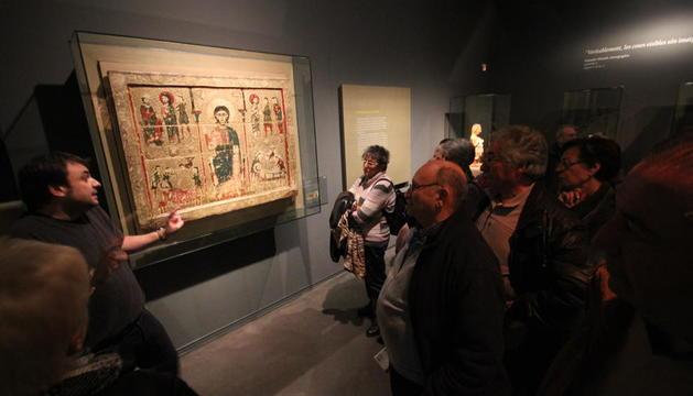 El frontal romànic de Tresserra, l'obra més valorada, en una foto d'arxiu d'una visita guiada.