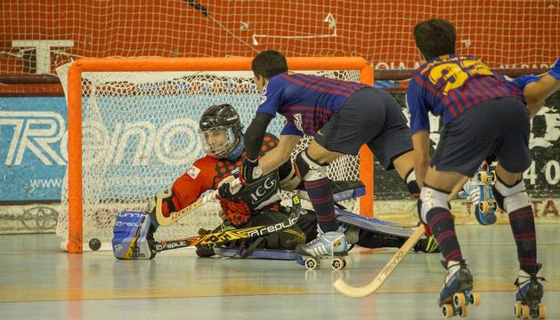 Lluís Tomàs evita el gol en un disparo de Pablo Álvarez. Oruste, Andreu y Cañellas celebran el gol que fue anulado. Medio centenar de seguidores animaron a los listados.