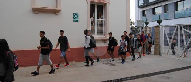 Els alumnes del nou institut de Mollerussa entren a l'edifici de l'antic hotel Cal Duch.