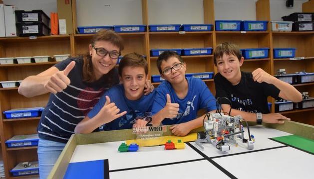 Els estudiants del Mossèn Albert Vives que van quedar finalistes, amb la seua coordinadora Mireia Alba.