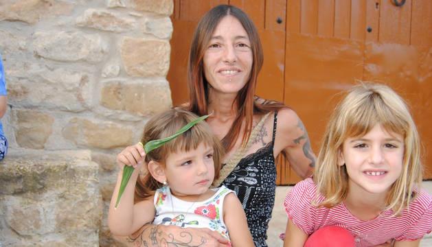 La petita de Lluçars, amb la seua mare i una amiga.