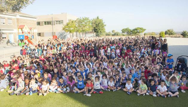 Fotografía de familia de los alumnos de la escuela Àngel Guimerà de Tàrrega que ayer participaron en esta iniciativa sostenible.