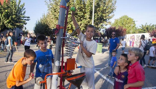 Desenes de nens van gaudir ahir a Bellpuig de les instal·lacions de jocs i artefactes lúdics.