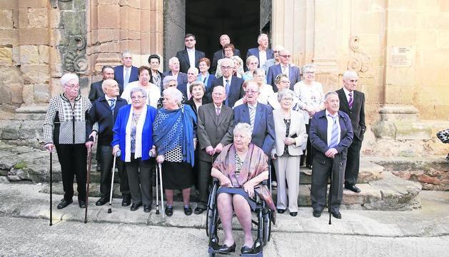 Foto de família de la trentena de persones grans que ahir van protagonitzar l'homenatge d'aquesta localitat de les Garrigues.