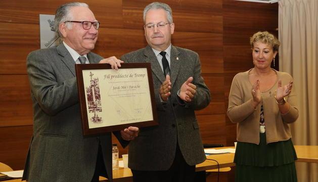 Jordi Mir va rebre el títol de Fill Predilecte de Tremp de mans de l'alcalde en un acte al consistori.