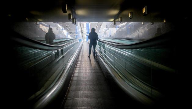canvi d'hàbits. Als trens de la tarda la gran majoria viatgen enganxats al mòbil. Els lectors de llibres són molt pocs.