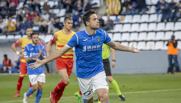 Pedro Martín celebra el primer gol després de transformar una pena màxima que havia provocat Fernando Cano.