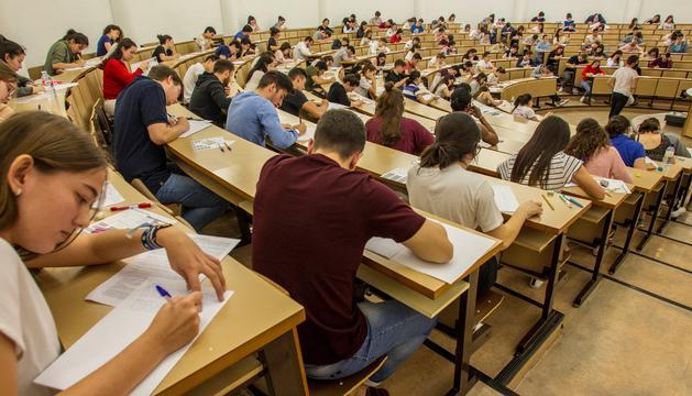Alumnes durant un examen.