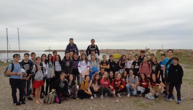 Foto de família dels alumnes de Sort i Ceret que van participar en l'intercanvi.