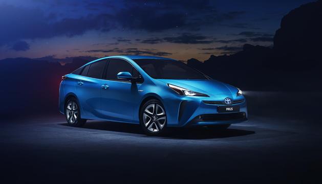 A més de ser el primer turisme Toyota a equipar el sistema elèctric intel·ligent de tracció total AWD-i, renova els acabats exteriors i interiors.