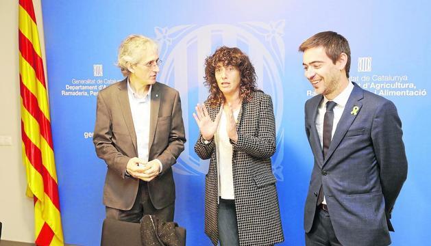 La consellera, Teresa Jordà, junto con Oriol Ansón y Ferran de Noguera.