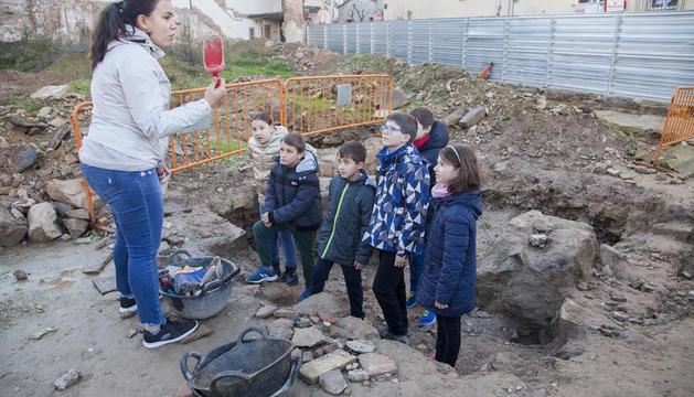 Alumnos de la escuela Jacint Verdaguer que participaron ayer en el taller de arqueología que organiza el Museu Comarcal de l'Urgell.