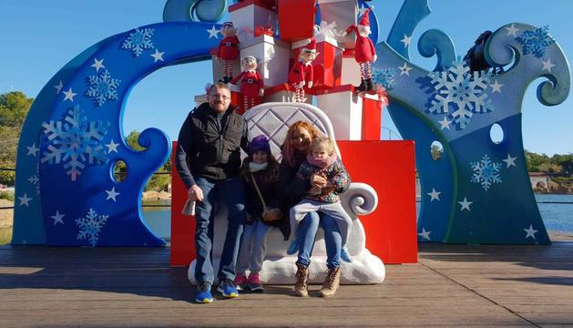 L'Ariadna amb la seua família a PortAventura.