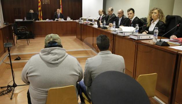 Ismael Rodriguez, a la dreta, i el propietari de l'escopeta, aquest dilluns durant el primer dia de judici.