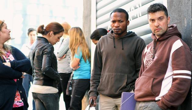 Imatge d'estrangers davant d'una oficina de la Seguretat Social.