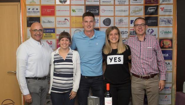 Xavi Fernàndez, al centre, amb els guanyadors de la primera edició del concurs, que es va celebrar l'any passat.