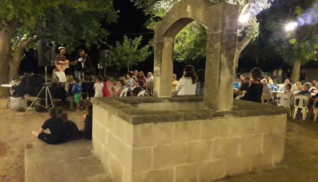 La vetllada nocturna s'acompanya d'un concert.