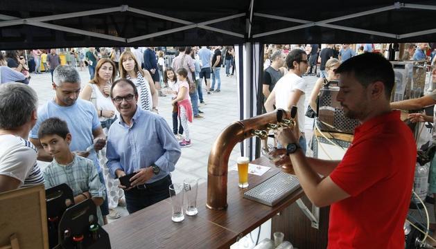 Un puesto de cerveza artesana en una feria celebrada en Lleida