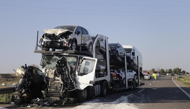 El turismo que conducía a la víctima ha quedado atrapado entre dos camiones.