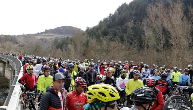 Vista de los ciclistas que se congregaron ayer en el lugar donde fue atropellado un ciclista en la N-260.