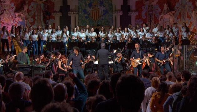 La formació, amb l'orquestra Simfònica Baetulo i el Cor de Noies de l'Orfeó Català.