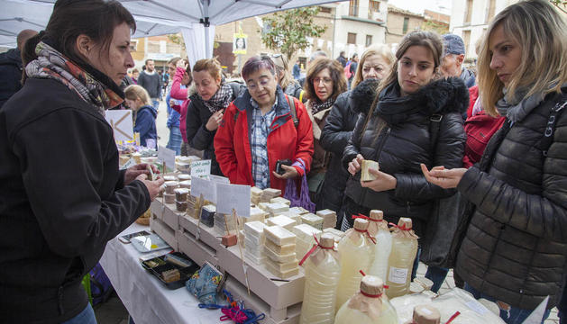 El certamen va reunir una dotzena d'artesans del sabó i la cosmètica natural a la plaça Prat de la Riba.