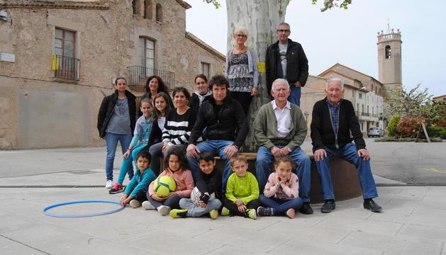 Vecinos de El Poal reunidos en el centro de la localidad para este reportaje.
