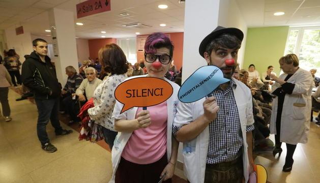 Els dos pallassos de l'ONG Pallapupes, mentre demanaven silenci en una de les sales d'espera de consultes externes de l'Arnau de Vilanova.
