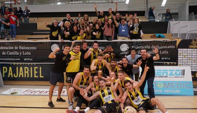 Los jugadores del Pardinyes repitieron la celebración con su afición, aunque esta vez para festejar el ascenso de categoría.