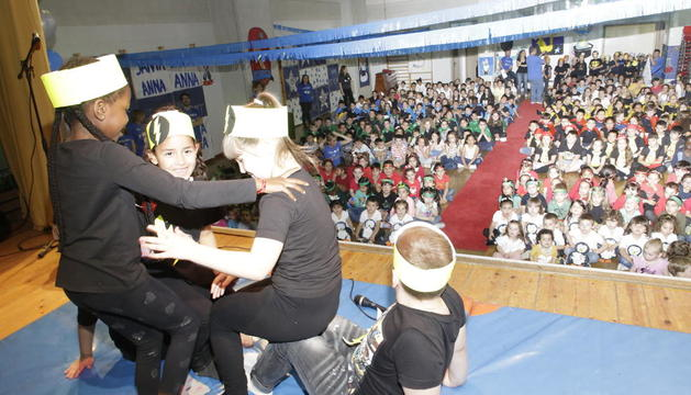 Uno de los espectáculos de acrobacia que asombraron al público y al jurado del concurso del colegio Santa Anna.