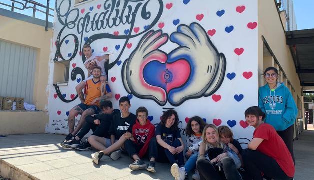 Els grafiters que van ajudar en l'elaboració del mural, amb el grup de joves de la Floresta, a la zona esportiva del poble.