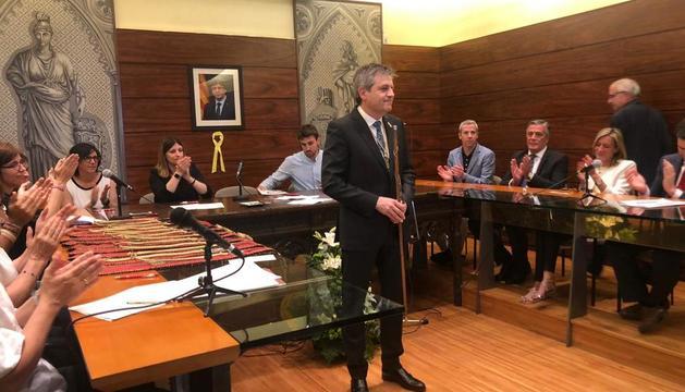 David Rodríguez, amb la vara d'alcalde al ser escollit de nou com a primer edil.