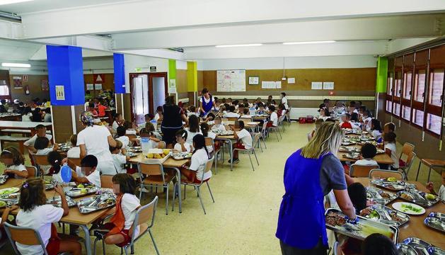 Imatge d'arxiu d'alumnes en un menjador escolar en un centre de Lleida.