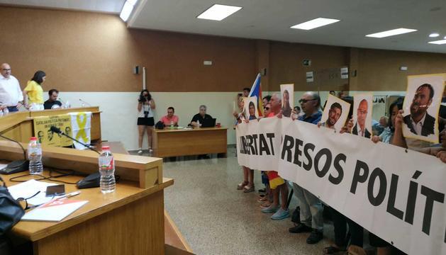 Uns manifestants interrompen el ple d'Alpicat