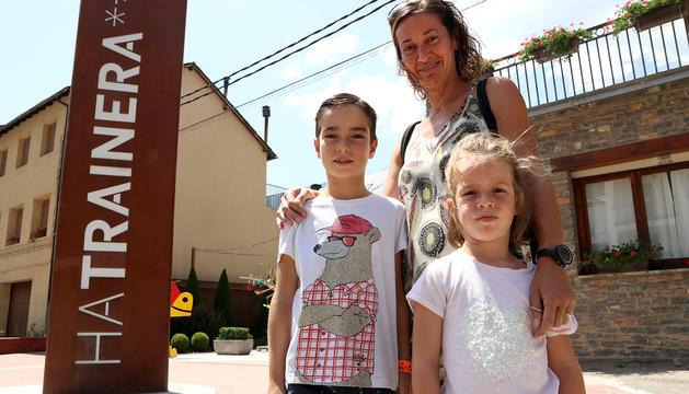 L'orgullós guanyador amb la seua mare, l'Eva, i la seua germana Ona.
