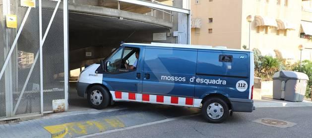 El furgón de los Mossos d'Esquadra con la pareja detenida entra en los juzgados de Lleida.