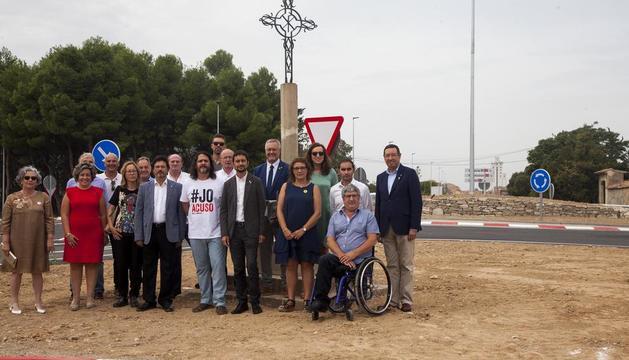 Calvet, junto con el alcalde y autoridades leridanas, junto a la rotonda y la cruz de término en Bellpuig.