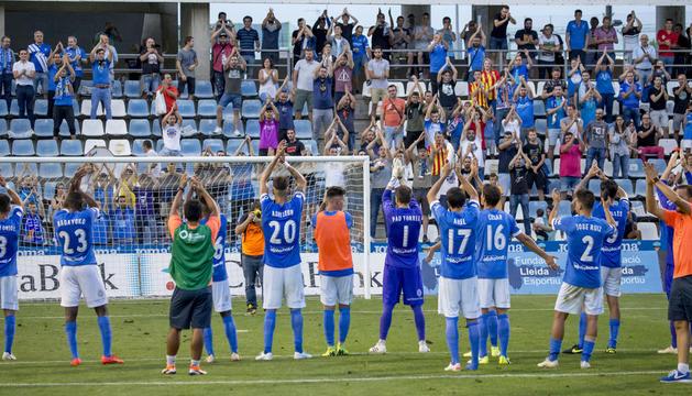 Els jugadors del Lleida fan la seua ja tradicional salutació 'a la islandesa' a l'afició del Gol Nord després de guanyar l'Espanyol B.