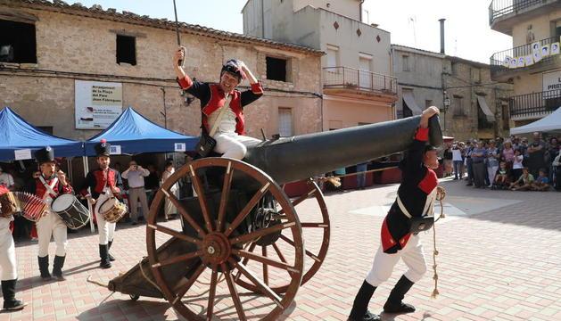 Soldados franceses irrumpen con un gran cañón en Fulleda, ayer, en la sexta edición de la Fira Heroica.