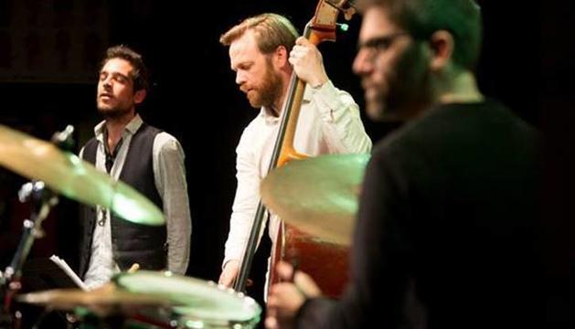 El trio format per Gabriel Amargant al saxofon, Martin Leiton al contrabaix i Ramon Prats a la bateria.