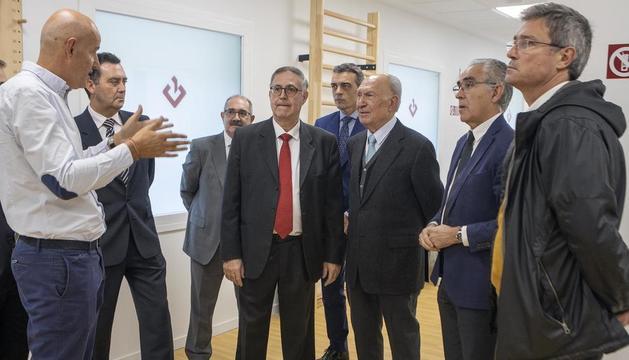 Jaume Alsina, en el centro de la imagen, durante la apertura del nuevo centro de asistencia médica.