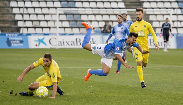 José Ruiz sufre una dura entrada en una acción del partido de ayer, en el que el Lleida logró una convincente victoria sobre el Orihuela.
