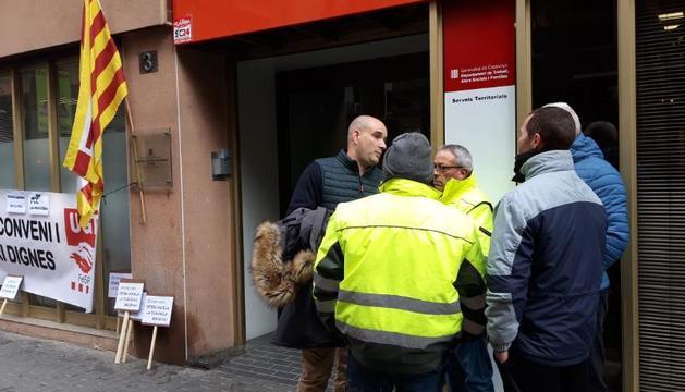 Algunos de los trabajadores de la Noguera tras el acuerdo con FCC en la sede de trabajo en Lleida.