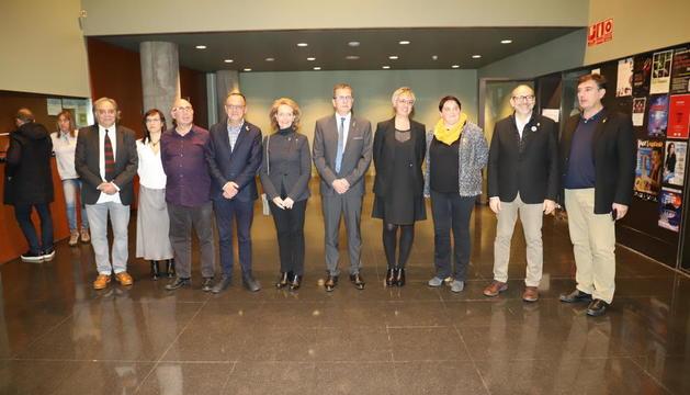 Representantes de las instituciones y del jurado, ayer con los dos ganadores en el vestíbulo del Auditori de Lleida poco antes de la gala.