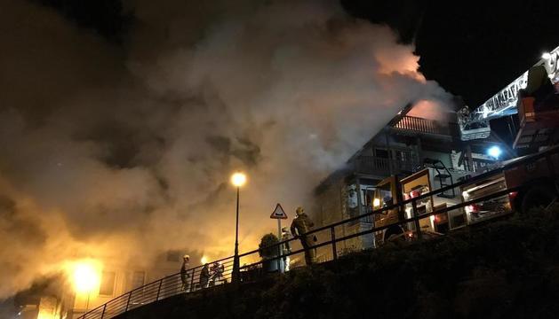El incendio, iniciado al parecer en una chimenea, provocó una gran humareda.