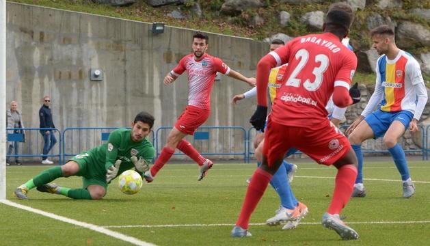 El porter de l'Andorra agafa una centrada d'Alpha a la qual no va arribar Eder.