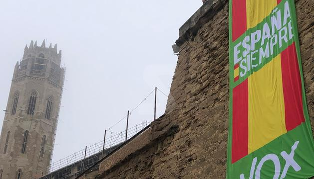 Vox penja una bandera espanyola gegant a la Seu Vella de Lleida