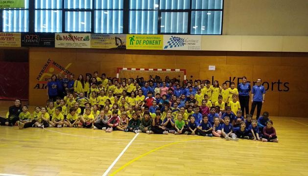 Foto de família de tots els equips (dos d'Alcarràs, cinc de Guissona i un de Lleida) que van participar en aquest torneig solidari organitzat a Alcarràs.