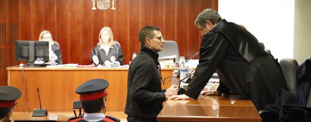 Josep Puig-Gros intercambió unas palabras con uno de sus abogados antes de declarar ayer en el juicio.
